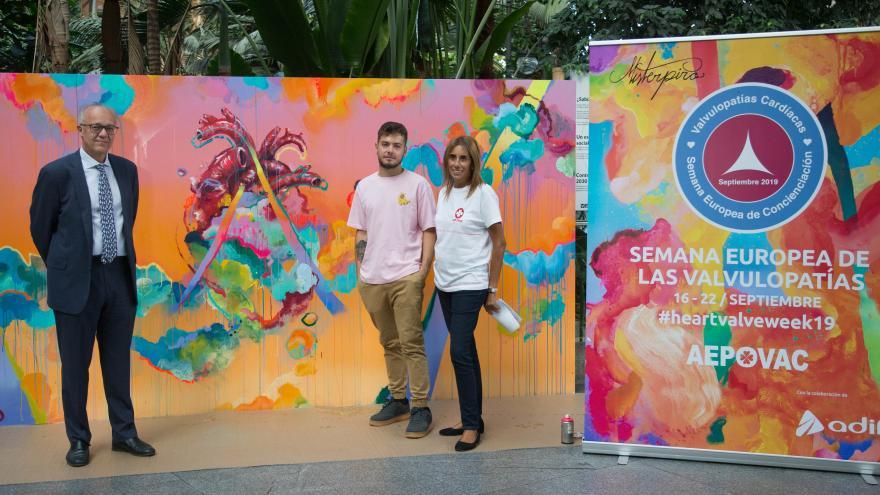 El viceconsejero junto al mural conmemorativo, el artista y la presidenta de AEPOVAC