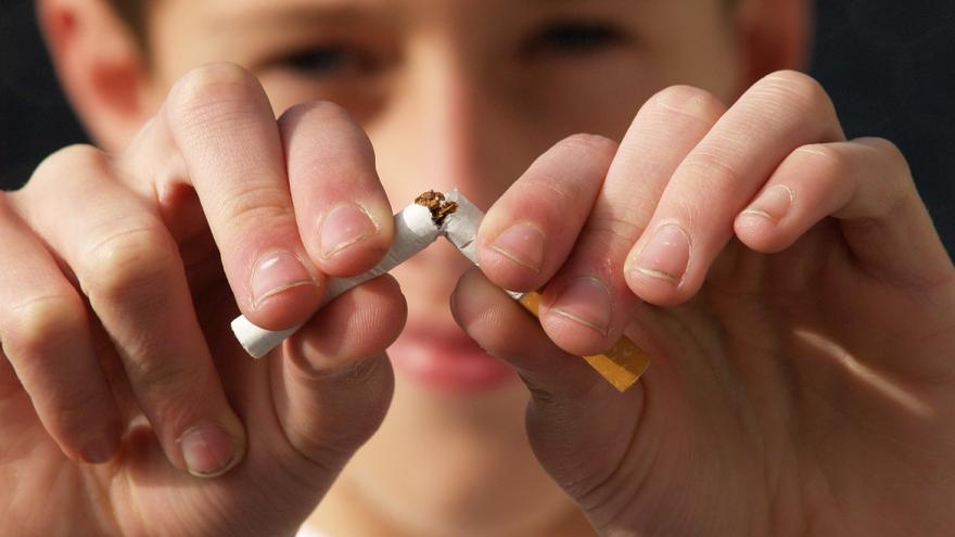 Niño rompiendo un cigarrillo