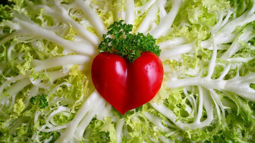 Corazón de tomate sobre lecho de escarola