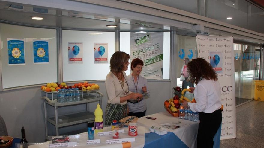 Imagen de intercambio de tabaco por fruta en el Hospital de Fuenlabrada