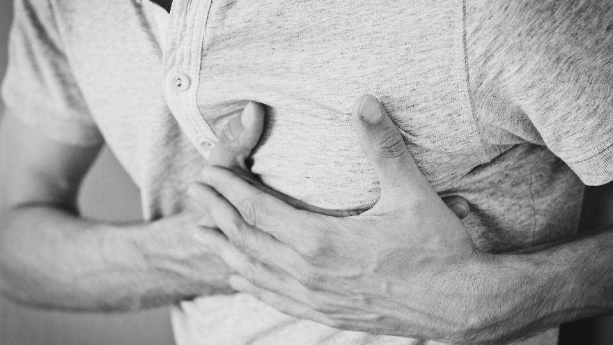 Un hombre se lleva los brazos al pecho porque le duele