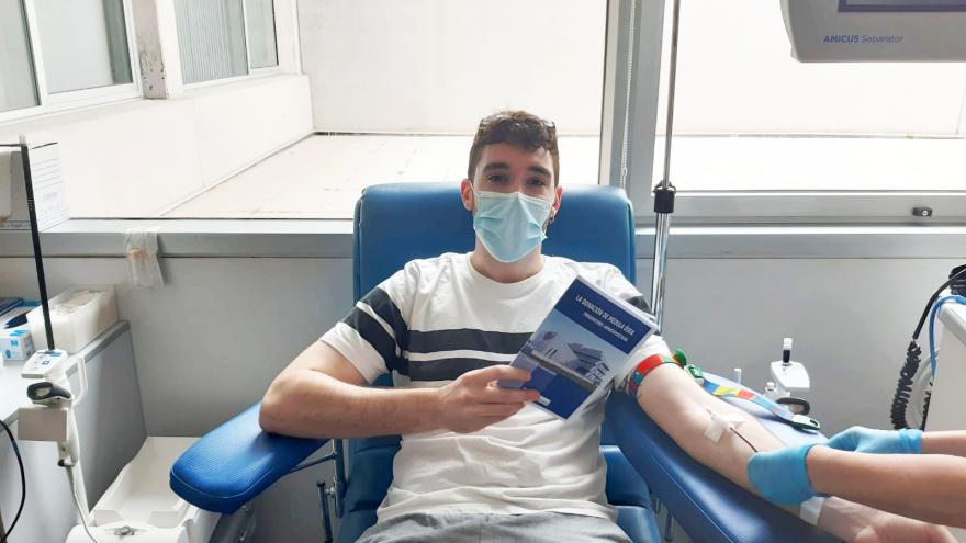 Donante de sangre leyendo revista donación de médula