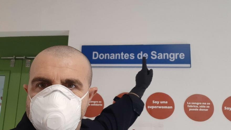 Conductor de autobús señala una placa de Donantes de Sangre en un hospital