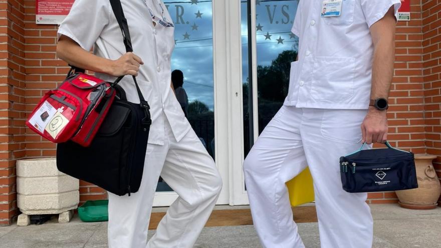 Las enfermeras de Atención Primaria administran la tercera dosis de la vacuna frente al COVID-19 en 125 Residencias de Mayores de la región