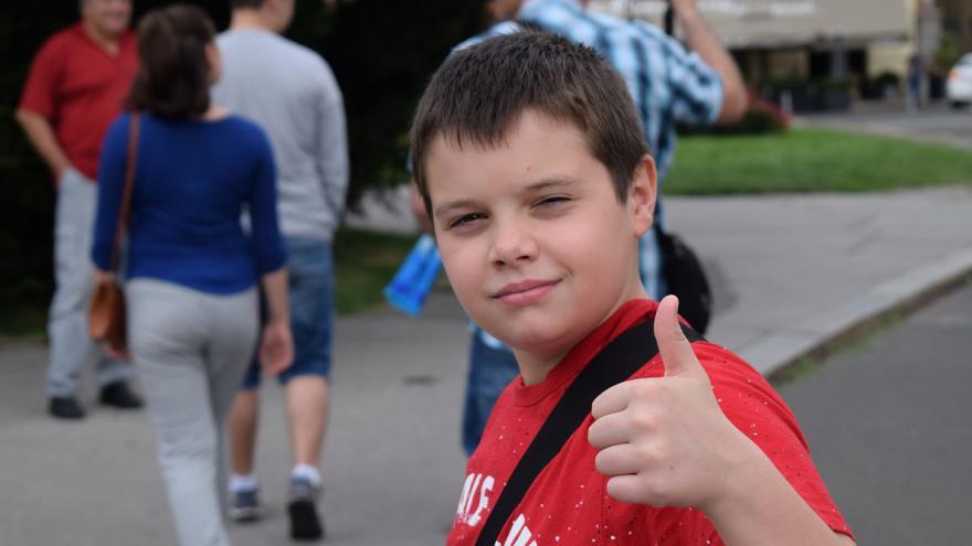 Niño con pulgar hacia arriba en actitud positiva