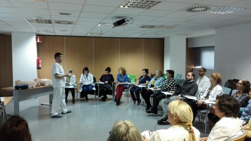 Sesión de formación, para la AECC en un aula del hospital de Fuenlabrada