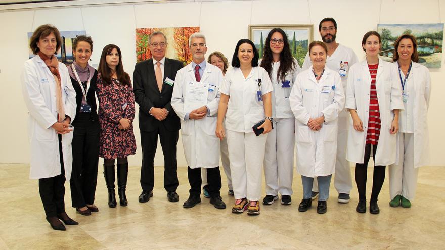 Investigadores del biobanco del Hospital Clínico junto al gerente, José Soto