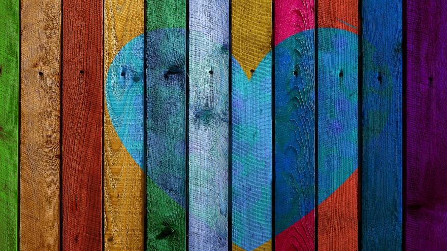 Maderas de colores con un corazón pintado