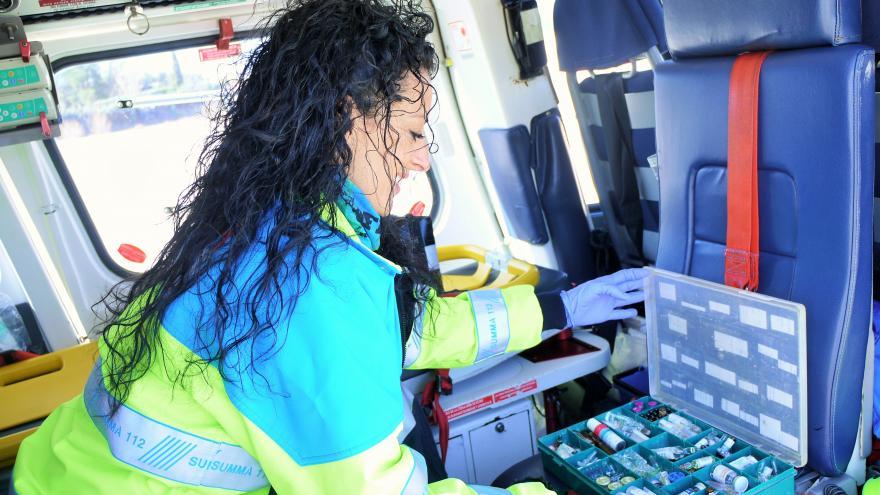 Una enfermera del SUMMA 112 maneja medicación