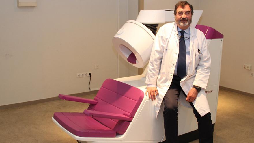 El jefe del Servicio de Medicina Nuclear del Clínico, José Luis Carreras, con el PET de cerebro