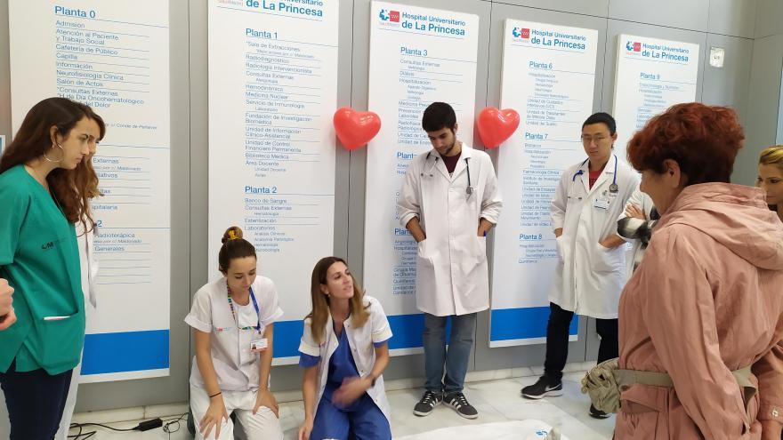 Anestesista y enfermera en taller de RCP