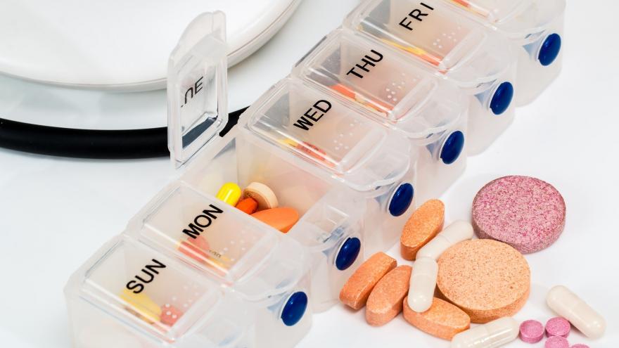 Dispensador de medicamentos y diferentes pastillas
