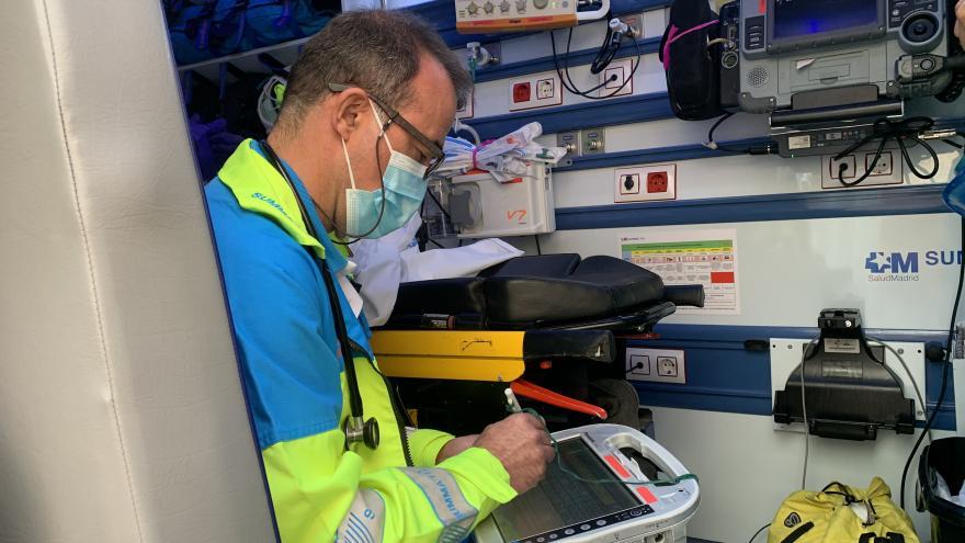 Un médico del SUMMA 112 rellena el parte médico en una tablet desde el interior de la UVI móvil