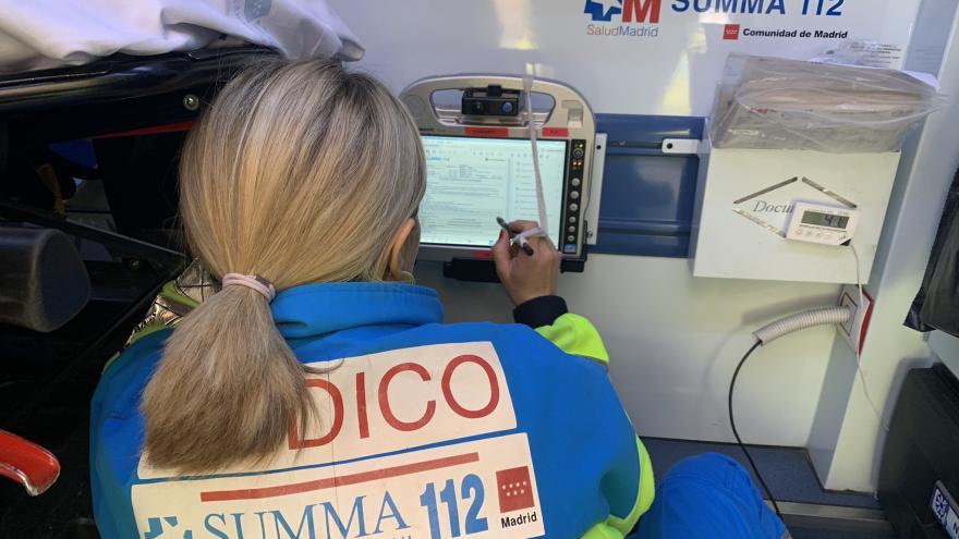 Una médico del SUMMA 112 completa el informe clínico en una Tablet-PC en el interior de una UVI móvil