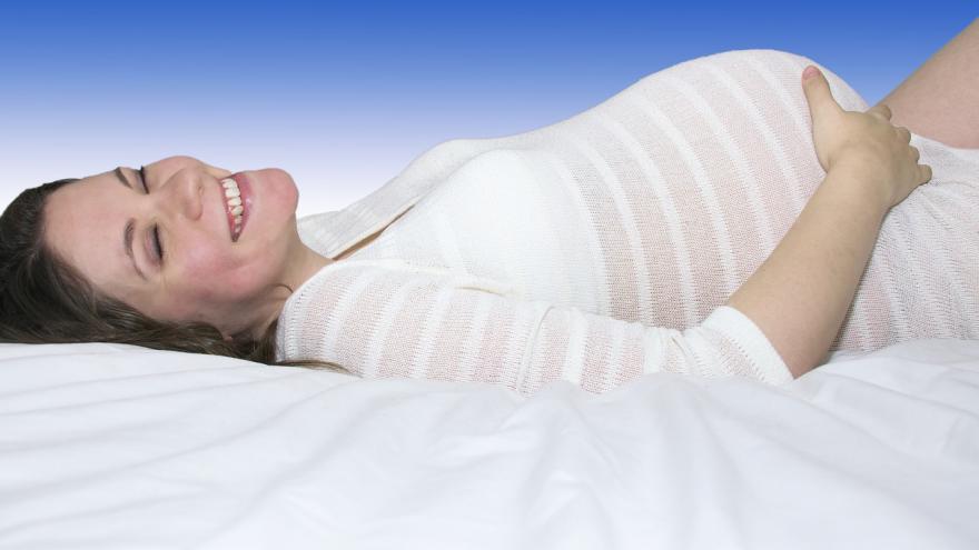 Mujer embarazada sonriente