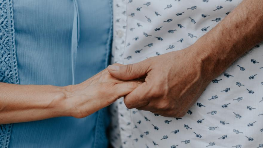 Imagen de acompañmiento entre persona de edad avanzada y su cuidador