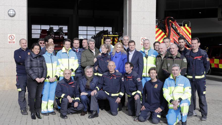 Los profesionales de Emergencias posan durante la visita institucional
