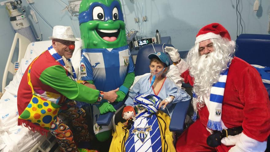 Súper Pepino, Payaso y Papá Noel visitan la Unidad de Pediatría del Hospital Severo Ochoa