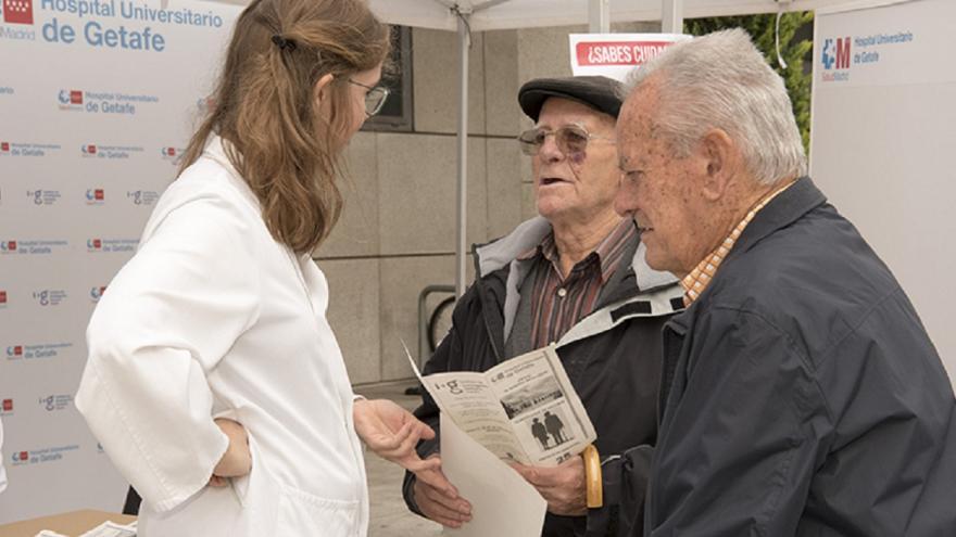 Geriatra Hospital de Getafe hablando con dos personas mayores