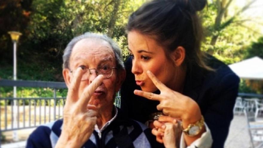 Anciano y su nieta