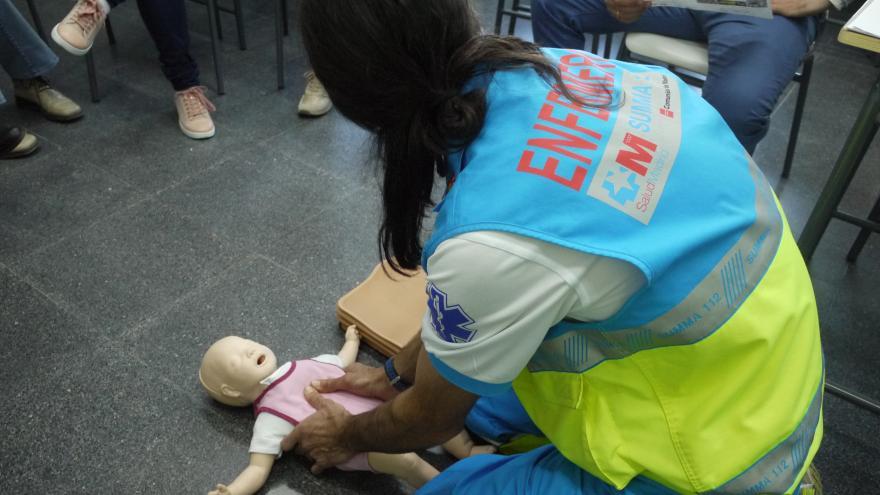 Un enfermero del SUMMA 112, en un taller de formación a la ciudadanía en maniobras de RCP