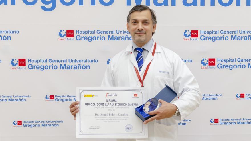 el doctor daniel poletti con el premio recibido