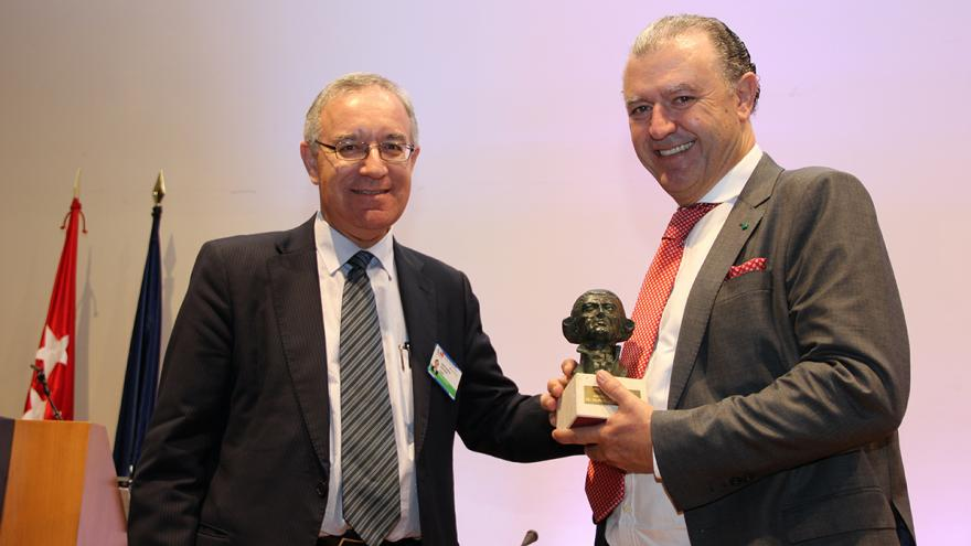 El gerente del Clínico, José Soto, entrega el premio Gimbernat a Gómez Gutiérrez