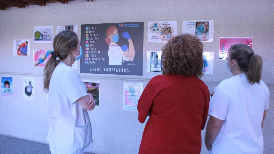El Hospital Universitario de Fuenlabrada instala 'un mural Covid' para homenajear a los profesionales
