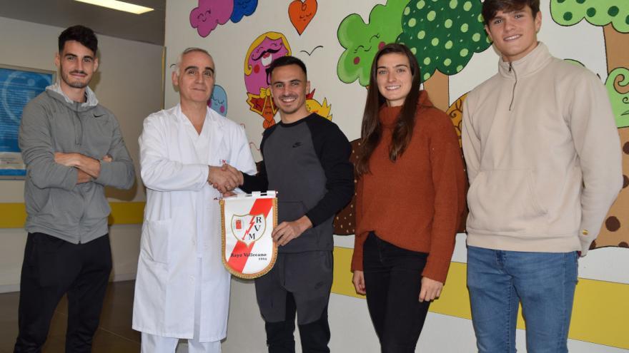 Jugadores del Rayo Vallecano visitan a los niños ingresados en el Hospital Universitario Infanta Leonor