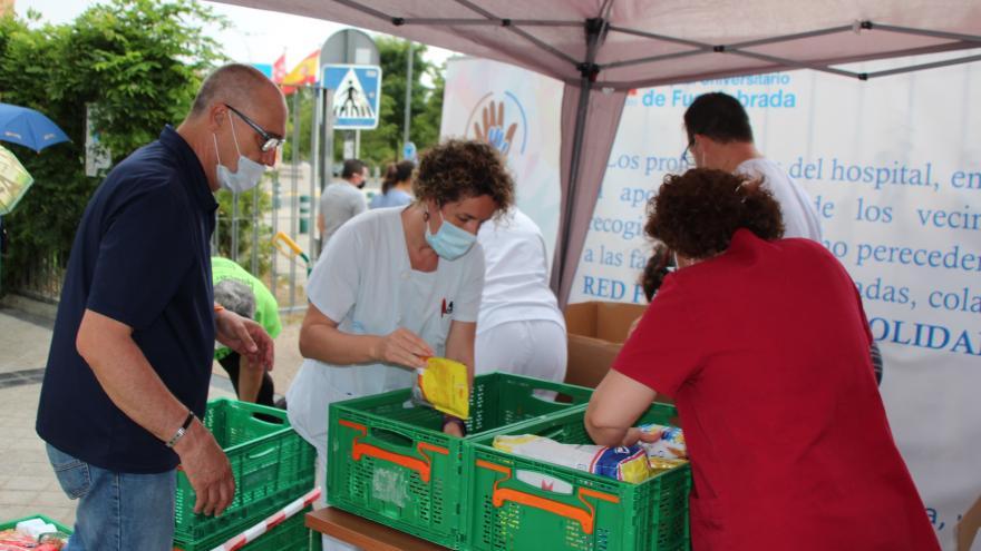 Profesionales del Hospital Universitario de Fuenlabrada llevan a cabo una campaña de recogida de alimentos