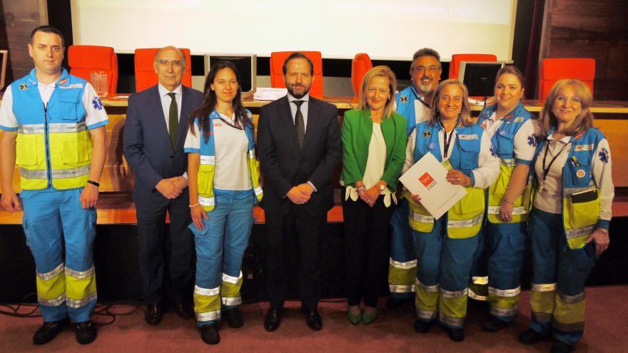 Profesionales del SUMMA 112 recogen el reconocimiento de manos del viceconsejero de Humanización