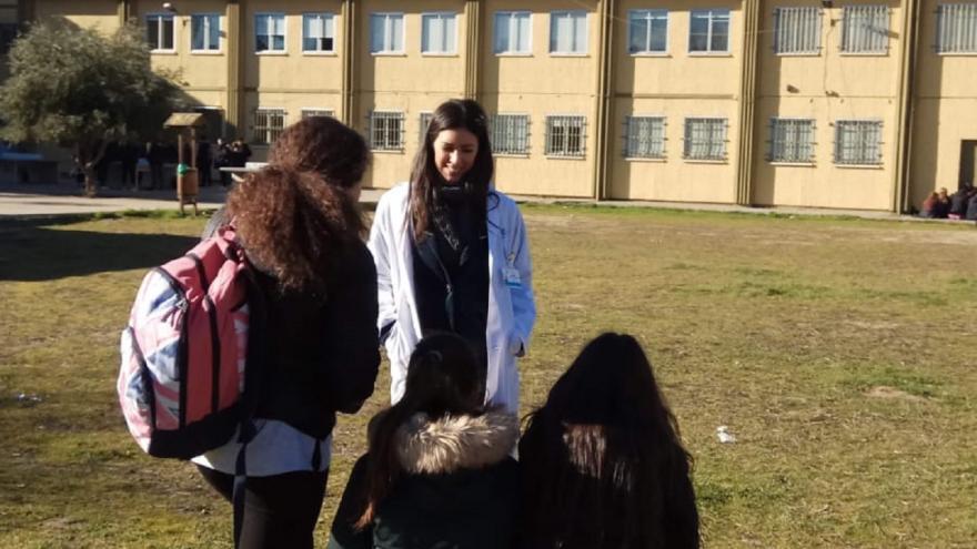 Enfermera atiende a estudiantes de Secundaria para resolver dudas sobre salud