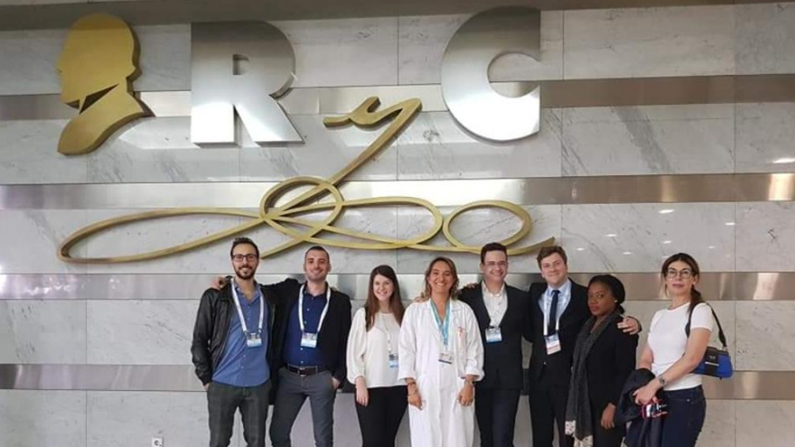 Imagen de los dermatólogos asistentes a la visita guiada por el Hospital Universitario Ramón y Cajal