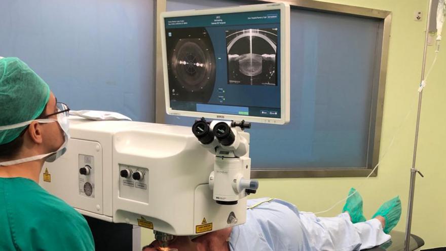 Imagen de un profesional en el Hospital Universitario Ramón y Cajal utilizando el dispositivo