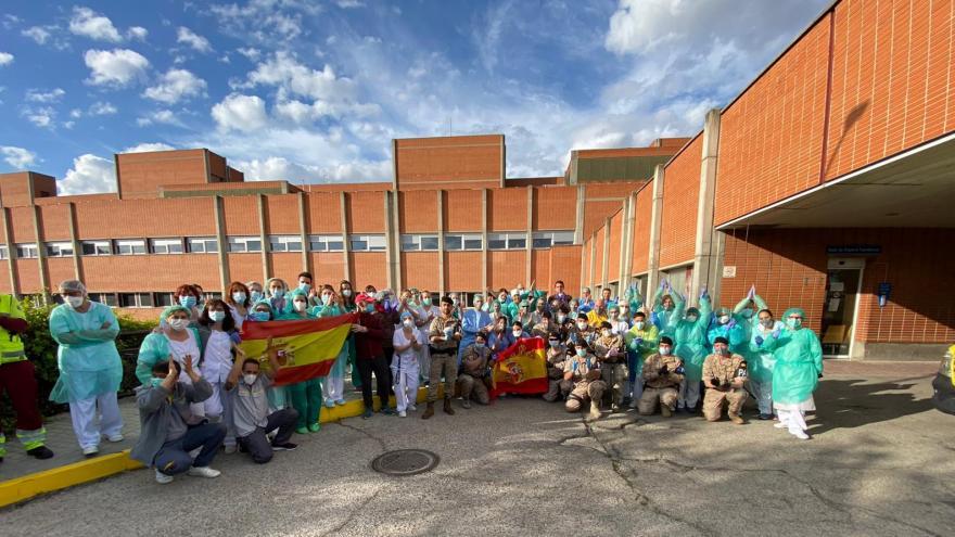Personal sanitario y no sanitario del Hospital Severo Ochoa con miembros del Ejército del Aire