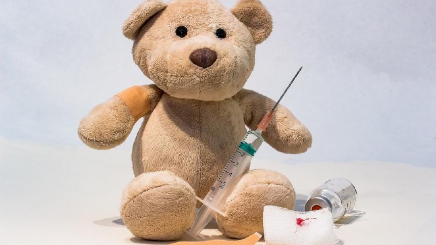 Oso de peluche con vacunas