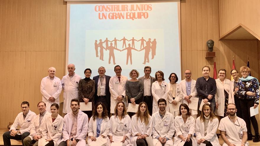 Los premiados en la VIII Edición de Premios y Ayudas, junto a los directivos del centro