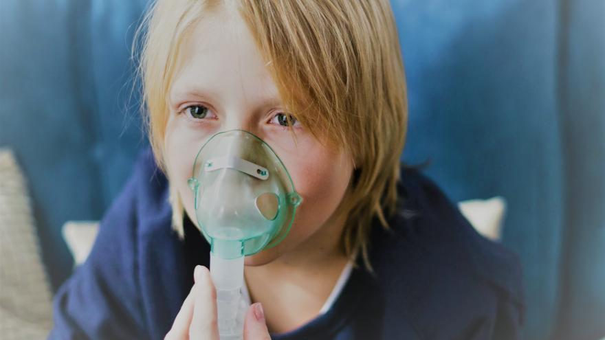 Niño con inhalador