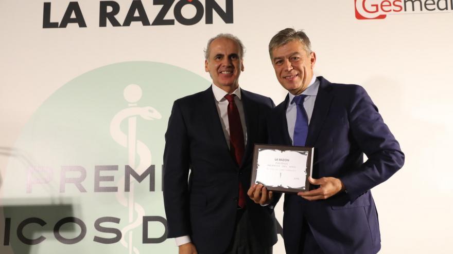 El premiado, José Luis López Estebaranz acompañado del consejero de Sanidad de Madrid, Enrique Ruíz Escudero