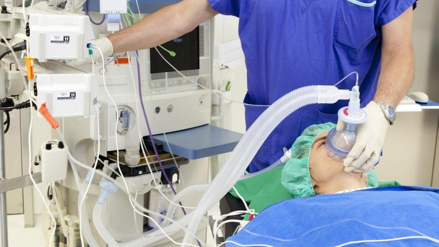 Anestesiólogo aplicando anestesia