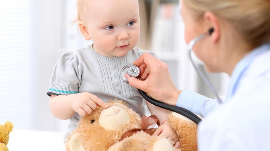 Enfermera auscultando a un niño