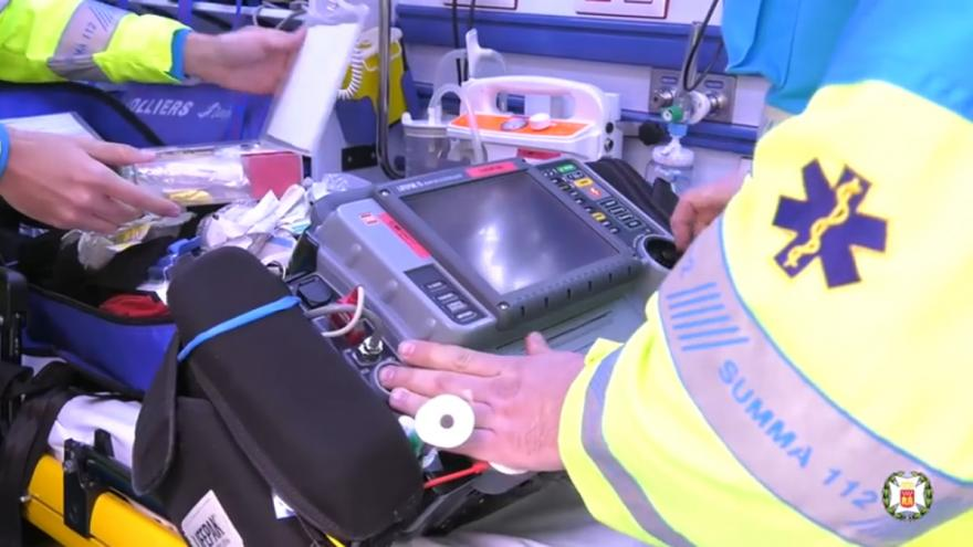 Personal sanitario preparando el equipo en el interior de una ambulancia