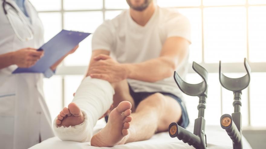 Paciente con la pierna escayolada en consulta