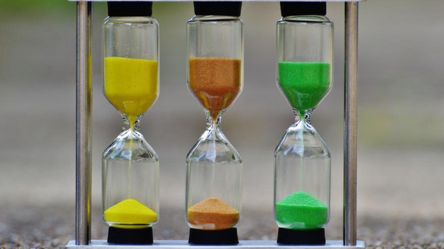 Tres relojes de arena de colores diferentes