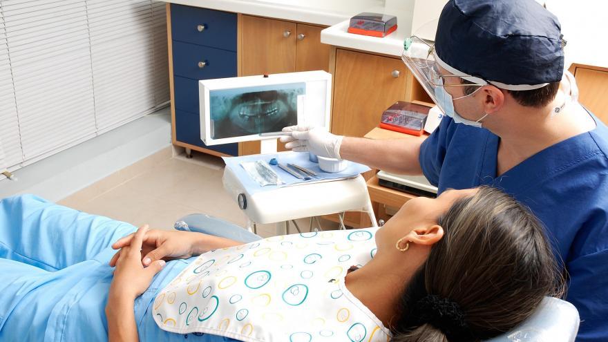 Revisión de una radiografía de la de ntadura de un paciente en la sala de consulta