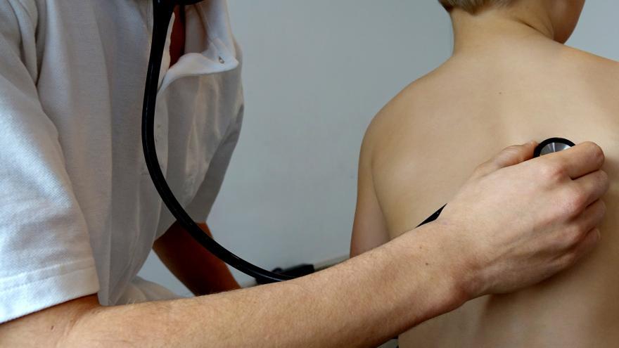 Niño siendo examinado por el pediatra