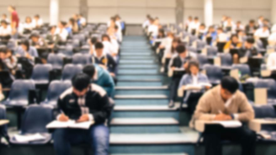 Aula de universidad durante un examen