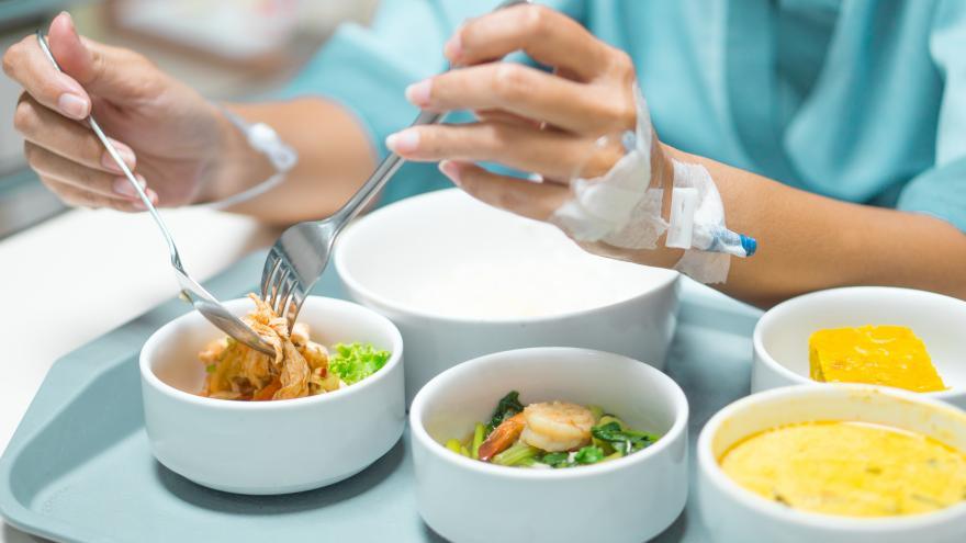 Bandeja con comida en hospital