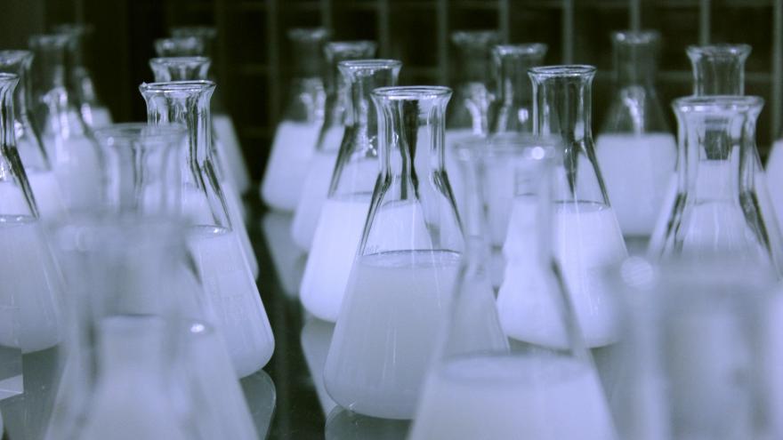Matraces de laboratorio rellenos de un líquido blanco