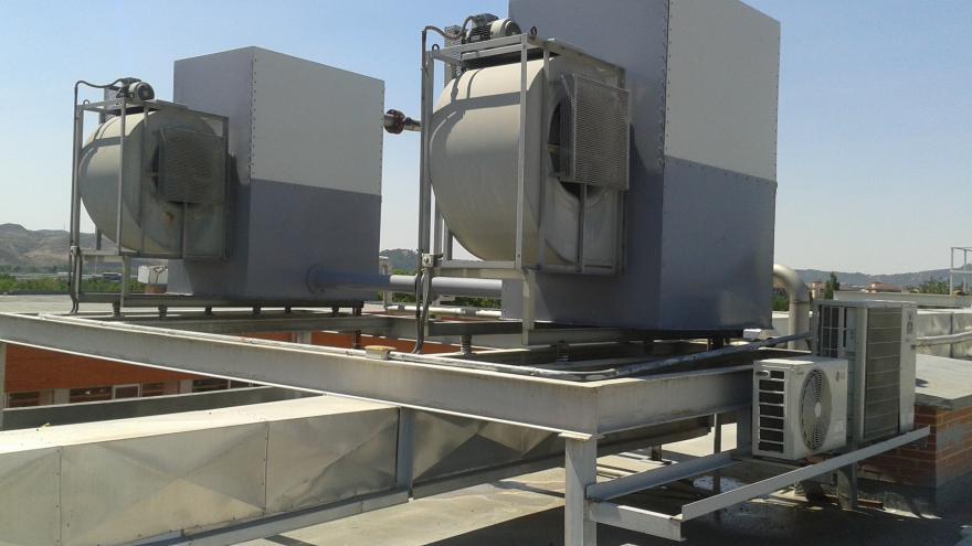 Imagen de dos torres de refrigeración en la azotea de un edificio